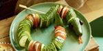 Оплетаю салат огурцами и подаю к столу: среди всех блюд моё самое яркое