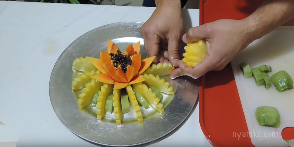 нарезка с ананасом и папайей